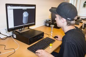 Den digitala modellen på skärmen ska på millimetern motsvara den gula borrtornsmodellen på skrivbordet framför Hampus Björklin.