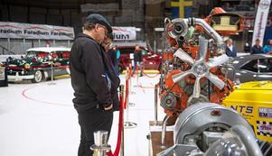 Peter Fagerström från Bergsjö och Marie Ulander från Hudiksvall inspekterar jättemotorn.