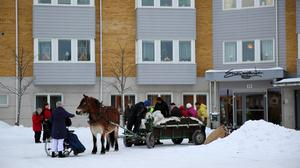 De boende på Emmagården åkte häst och vagn till Saxviken.