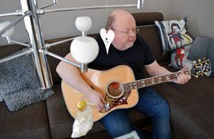 Kalle Moraeus spelar gitarr i hemmet i Orsa.