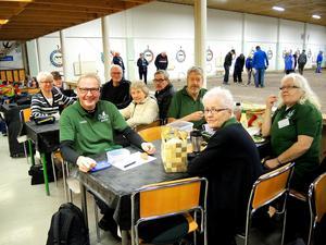 På tisdagen hade PRO Säter två lag, Hagen och Vargen, med i tävlingen Klotligan i Borlänge. Det är ett roligt och socialt spel, tycker spelarna som gärna fikar och pratar mellan omgångarna.