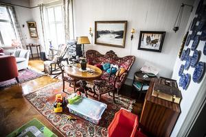Alla möbler och tavlor är kvar i intakt skick.