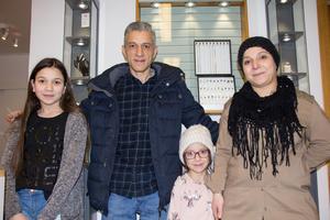 Ghassan Freij har precis blivit svensk medborgare . Han gillar Avesta och har bestämt sig för att stanna här med sin familj. Till vänster i bild syns dottern Amina som har tänkt sig ta över butiken en dag.  Övriga på bilden är Ghassans fru Nisrin Hamoudeh och dottern Lana.