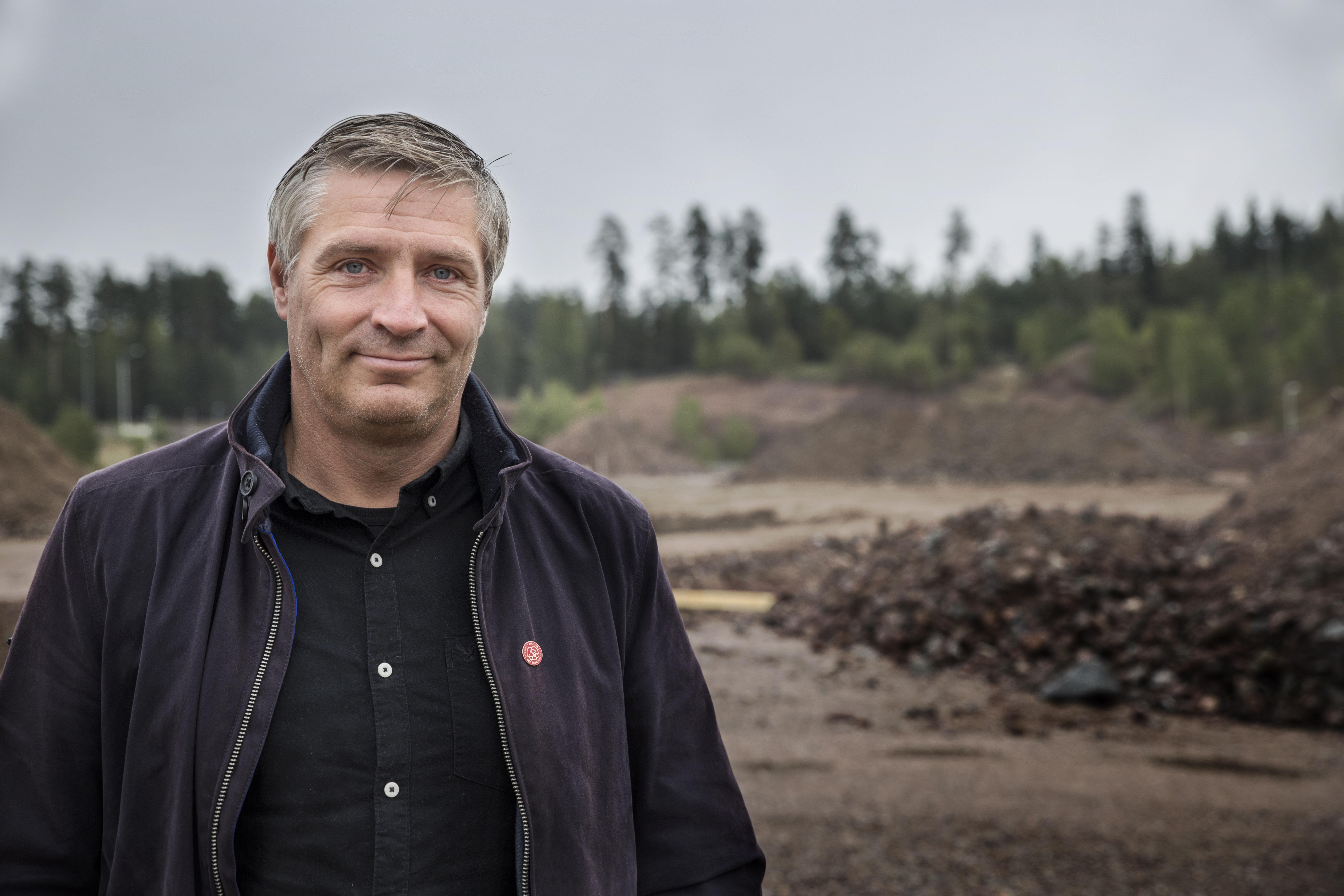 Att jobba med företagsetableringar är en vägen framåt, poängterar Lars Isacsson. På bilden står han vid Biltema-bygget i Åsbo.