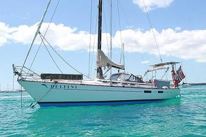 Här är segelbåten som familjen har köpt, en svenskbyggd 40-fots oceanseglare med namnet Delfini.
