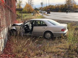 En av de inblandade fordonen körde in i en byggnad. Två personer fick föras till sjukhus.
