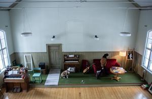 I bönhusets stora sal hoppas Annie Angel kunna arrangera spelningar och andra evenemang så småningom.