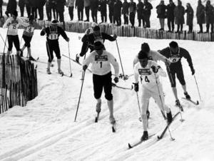Starten av herrstafetten i Grenoble 1968. Jan Halvarsson med fyra på nummerlappen. Tillsammans med Bjarne Andersson, Gunnar Larsson och Assar Rönnlund bärgade han silvret. Bild: TT.