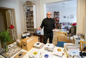 Rent praktiskt packar Gördis singlarna i en väska och så har han en kärra. Väskan rymmer som mest 200 skivor, men då är det inte bläddervänligt.