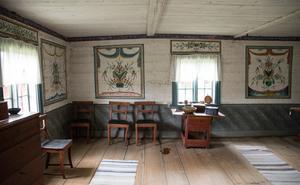 Gården byggdes på med en våning på 1830-talet och fick bland annat en festsal, som dekorerades med väggmålningar av Bäck Anders Hansson från Rättvik.