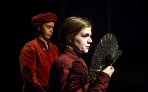 Romeo och Julia sätts upp av teaterlinjen påÖrnsköldsviks folkhögskola. Sofie Brücher som fru Montague, i bakgrunden Gabriella Bascom som Peter.