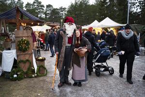 Tomten och tomtemor vandrade runt och spred julkänsla till besökarna på Julmarknaden på Norra berget.