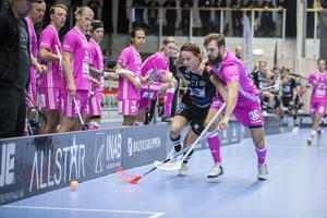 Dalens Anton Åkerlund i kamp med Faluns Johannes Larsson i SSL-matchen som vanns av Umeålaget med 6–5. Foto: Henrik Karmehag/VK