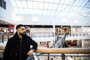 30-årige Nibal Almassri har rötter i Libanon. För sex år sedan flyttade han till Örnsköldsvik och fick jobb i restaurangen på Paradiset. Innan dess jobbade han i ett kök i Italien.
