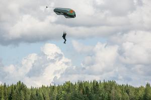Det hoppades också fallskärm under loppmarknadsdagen.