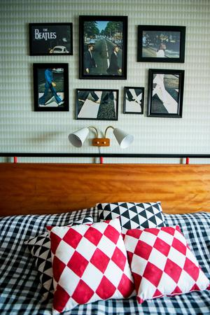Joakim har gjort om en ikonisk Beatlesbild till flera olika bilder.   En överbliven gabondörr, ett svart rör och röda detaljer blev en personlig sänggavel.
