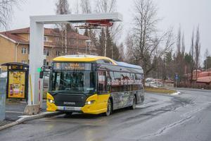 Bussen laddas vid ändhållplatserna.