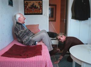 Äldreomsorgen är inte en marknad som vilken som helst. Det får aldrig vara de äldres omvårdnad vi sparar in på, skriver Hanna Stymne Bratt och Ulrika Falk.