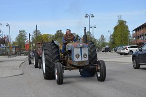 Micke Westrin, en av arrangörerna, körde först i kortegen av alla veterantraktorer under Kvisslebydagen.