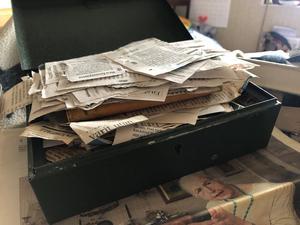 """""""Jag vet inte hur många det har blivit. Men där är de"""". Under lådan syns Kerstin på en bild i VLT från 2011."""