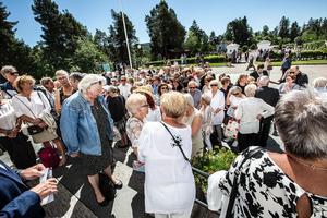Många samlades utanför kyrkan innan begravningen ägde rum.