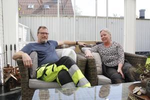Jan Holm är egenföretagare i järnvägsbranschen och Maria Holm arbetar med ekonomi på Ica. Nu har de bott 18 år i Hökåsen.
