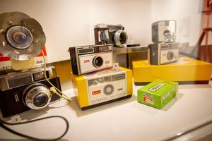 Några klassiska Kodak-kameror utställda på Kustledens kameramuseum.