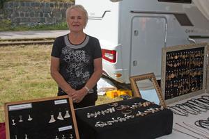 Ulla- Britt Larsson hade kommit för att sälja sina historiska smycken.  – Jag har hållit på i 25 år med att gjuta vikingasmycken.