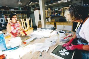 KONCENTRATION. Lena Wallin, Uppsala, och Anette Olsson, Strömstad, jobbar intensivt och koncentrerat med sina betongverk.