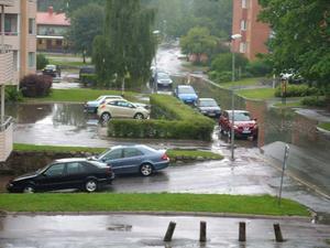 Vatten täcker stora delar av Svarvargatan på Malmaberg.