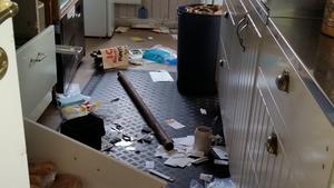 Förödelse i köket efter inbrottet.