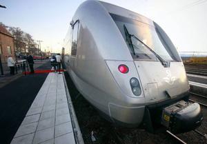 """""""Samma dag som nya tåget SJ3000 (bilden) presenterades meddelar även SJ att morgonens enda direktavgång till Stockholm kommer att tidigareläggas under vintersäsongen från klockan 05.39 till 04.50"""", skriver en sextett frekventa affärsresenärer och pekar därmed på en av flera anledningar till att de känner sig tvungna att ta flyget för att komma till Stockholm.Arkivbild: Olof Sjödin"""