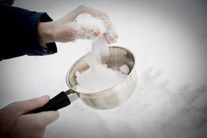 2. Ta några nävar med snö och ta med in.