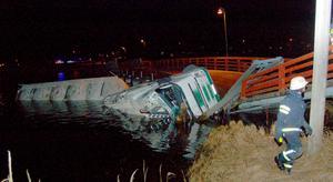 Den smala pontonbron gav vika när långtradarekipaget försökte köra över den.