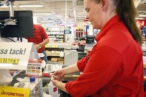 Marie Bohman, kassörska på Coop i Ljusdal, tvättar händerna med handsprit för att skydda sig mot svininfluensan.