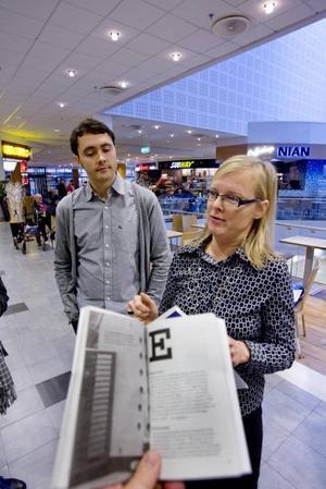 delas ut till gästrikarna. Mikael Dunker, formgivare, och Marie-Louise Andersen, författare, har tagit fram en ny guidebok om Gävle, som är tänkt att öka kunskapen om staden.