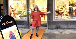 Lena Orange vågade satsa och nu kommer kunderna med blommor.