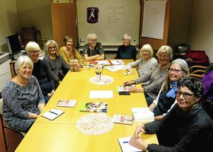 Gretas gamlingar träffas varje månad i en studiecirkel. Från vänster Kerstin Nordström, Birgitta Persson, Yvonne Wejbro, Gunnel Theodoridoy, Eva Bladini Amborn, Eva Vågberg, Kirsten Hillblom, Kristina Kallur, Ann-Marie Hedenskog, Maud Larnhed.