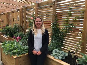 Rektor Carina Söderlind Löfvander är stolt och glad över grundsärskolans nya fina utemiljön där man bland annat byggt en inomhusträdgård för alla sinnen.