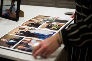 På bordet i köket ligger en bok med bilder från bröllopet.