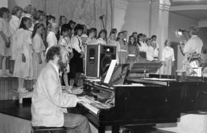 På den här bilden från 1988 spelar Christer Jonsson på Minitons vårkonsert i läroverkets aula. Dirigent var Palle Lindström. Foto:  Bertil Lundberg.