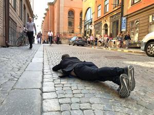 Fotograf Robban Andersson offrar sig hänsynslöst för bästa vinkel på Jonas Sjöstedt (V).