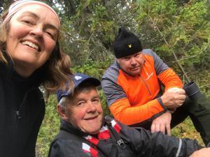 Camilla, hennes pappa Kenneth Dückhow och sambon Niclas Simonsson i färd med att röja skog.