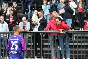 ... farbror Jacob Markström firade segern med Tim Markströms dotter.
