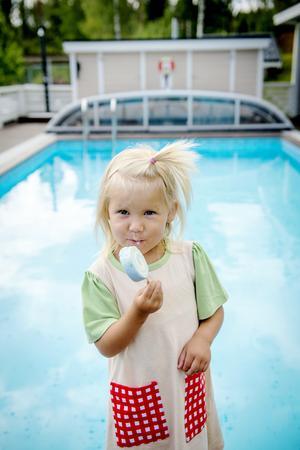 Barnbarnet Elvira älskar att bada i mormor och morfars pool.