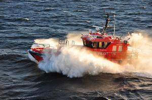 Det roligaste med jobbet är att man får köra båt, enligt Nicklas Liljegren. Foto: Privat