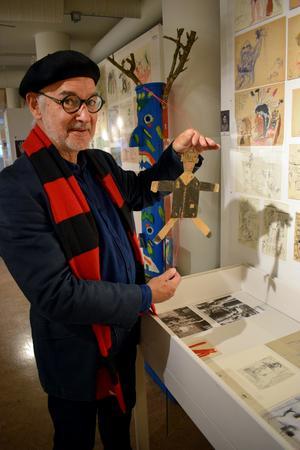 Jordi Arkö med en sprattelgubbe som föreställer Louis Armstrong.