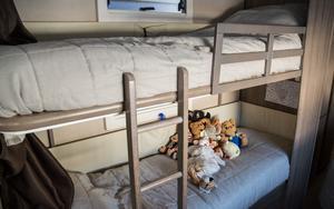 Storasyster Wilma sover i överslafen. Lillasyster Frida delar sin säng med ett gäng mjukisdjur, som bor permanent i husvagnen.