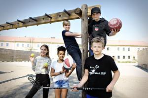 Mira Nejman, Lulana Michael, Johannes Edman, Filip Fahlén och Olle Karolin i klass 4 C på Kramforsskolan tycker att det är toppen med skojiga aktiviteter på skolrasterna.