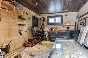 I garaget finns en något nervkittlande detalj; en skulptur föreställandes en cementerad kropp.  Foto: Fisheye Foto i Roslagen